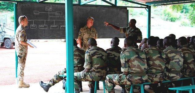Deutsche Pionierausbilder der EUTM Mali weisen malische Soldaten in ihre zukünftigen Aufgaben ein.