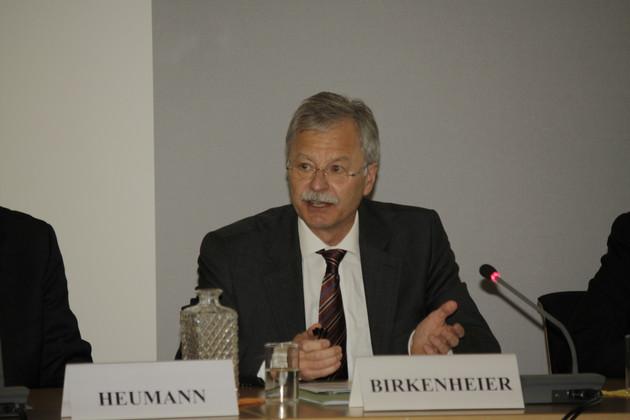 Der Präsident des Amtes für den Militärischen Abschirmdienst, Ulrich Birkenheier, erläutert das Aufgabenspektrum seiner Behörde.