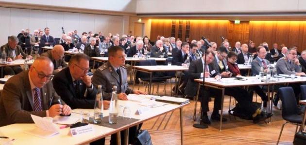Männer, darunter einige in militärischer Uniform, sitzen in einem großen Saal an langen Tischen. Clausewitz-Gesellschaft e.V/Wolfgang Fett.