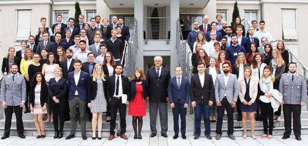 Gruppenbild der Teilnehmer mit Markus Grübel, Parlamentarischer Staatssekretär, auf einer Treppe vor dem Verteidigungsministerium.