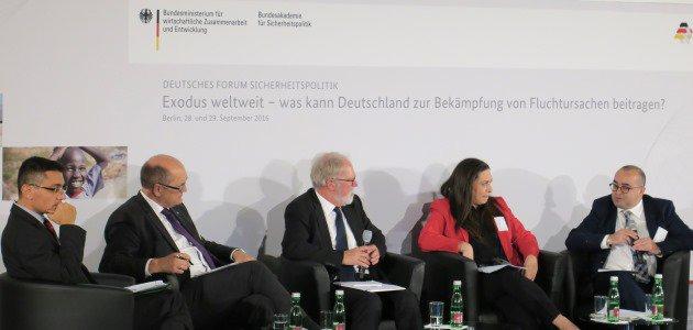 Podiumsdisskussion mit Kenan Engin, Prälat Dr. Martin Dutzmann, Moderator Thomas Wrießnig, Vizepräsident der Bundesakademie für Sicherheitspolitik, Rania Al Jazairi, und Bassel Kaghadou