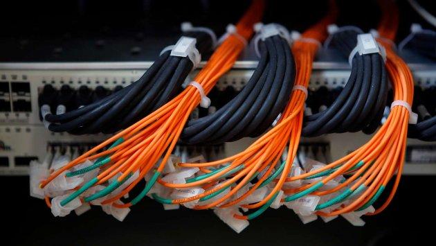 Ein Server mit vielen Kabeln