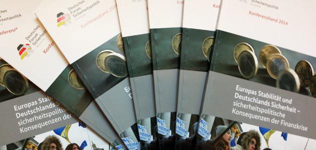 """Ansicht von mehreren Konferenzbänden \""""Deutsches Forum Sicherheitspolitik 2014"""""""
