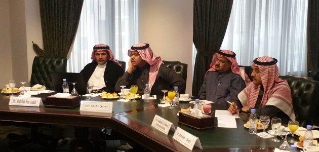 Vier Saudi-Arabische Gesprächspartner sitzen zur Diskussion mit dem Führungskräfteseminar an einem Tisch.