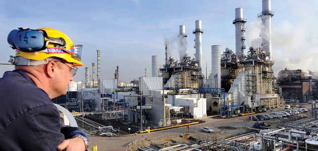Panoramablick auf die Erdöl-Raffinerie Pernis bei Rotterdam