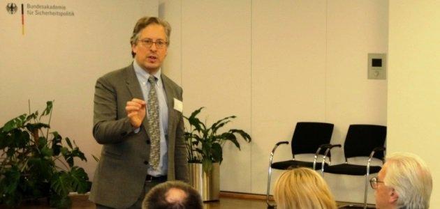 Riel Miller von der UNESCO spricht an der BAKS vor sitzenden Zuhörern.