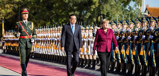 Bundeskanzlerin Angela Merkel wird von Li Keqiang, Ministerpräsident Chinas, mit militärischen Ehren vor der großen Halle des Volkes, empfangen.