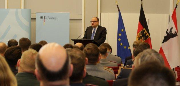 Die Teilnehmer der Veranstaltung hören einen Vortrag von dem Referenten Jan Techau.