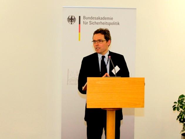 Colin Gleichmann, Gruppenleiter bei der GIZ, präsentiert die Seminarübergreifende Aufgabe 2013.