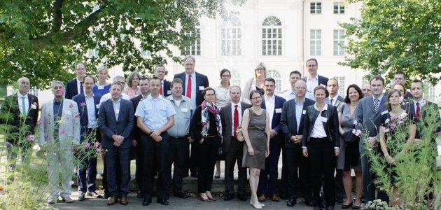 Das Gruppenbild der Teilnehmer des Methodenseminars im Schlossgarten Schönhausen in Pankow