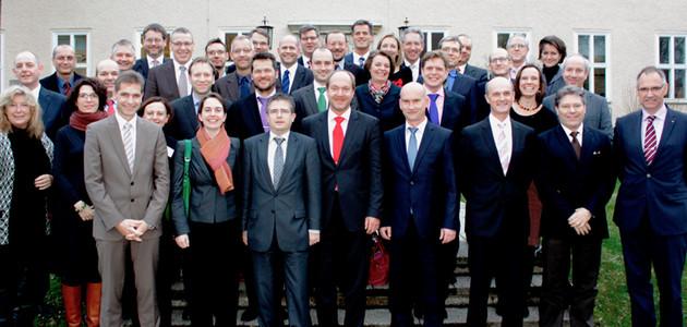 """Gruppenbild der Jahrgänge 2009 bis 2013 des """"Seminar für Sicherheitspolitik"""" vor dem Haus """"Berlin"""" der Bundesakademie für Sicherheitspolitik"""