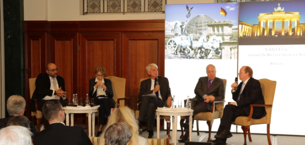 Das erste Panel des NATO Talks spricht auf der Bühne.