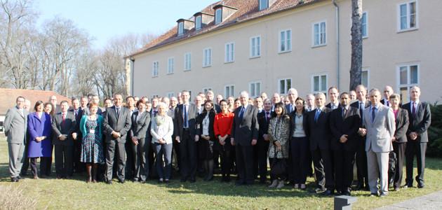 """Gruppenbild einer Delegation des französischen IHEDN vor dem Gebäude \""""Bonn\"""" der Bundesakademie für Sicherheitspolitik"""
