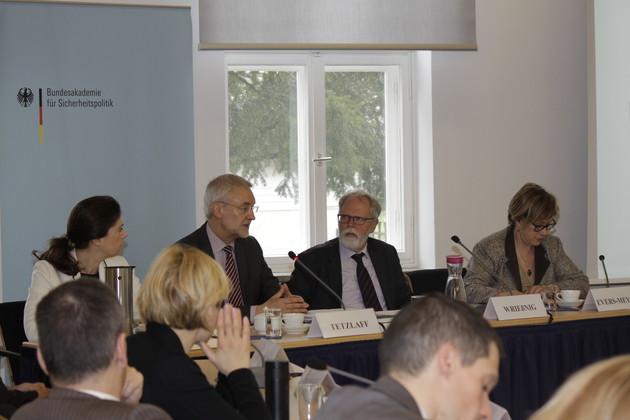 Svenja Sinjen, Michael Tetzlaff, Thomas Wrießnig und Karin Evers-Meyer an einem Tisch während einer Diskussionsrunde.