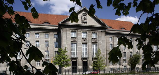 Außenaufnahme des offiziellen Eingang des Bundesministerium der Verteidigung in Berlin