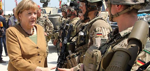 Bundeskanzlerin Angela Merkel schüttelt deutschen Soldaten in Afghanistan 2013 die Hand.