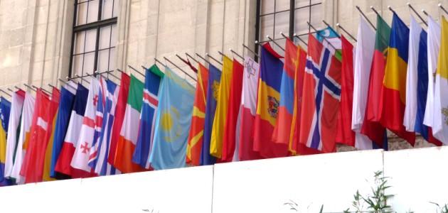 Die Flaggen der OSZE-Mitgliedsstaaten hängen an der Fassade des OSZE-Gebäudes in Wien.