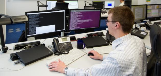 Ein Mann arbeitet am Computer.