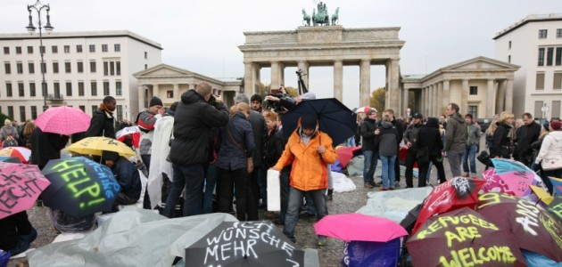 Hungerstreikende Flüchtlinge sitzen in Berlin vorm Brandenburger Tor
