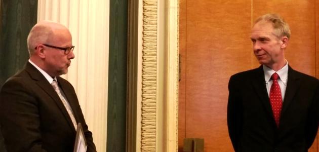 Links im Bild steht der Sprecher des Kernseminars 2017 der BAKS und spricht zum Gesandten der Botschaft Russlands in Berlin Oleg Krasnitskiy, der, rechts im Bild stehend, seinen Blick zuwendet.