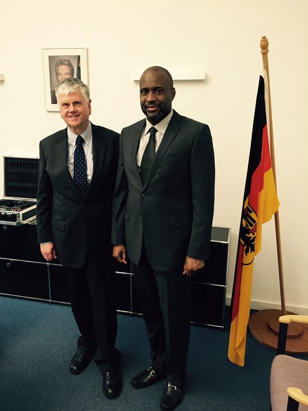 S.E. Moussa Mara (r) zusammen mit dem Präsidenten der BAKS, Botschafter Dr. Heumann (l.)