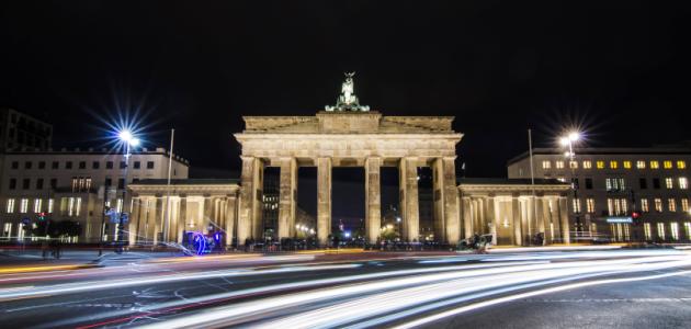 Das Foto zeigt das Brandenburger Tor in Berlin von Westen aus beleuchtet bei Nacht.