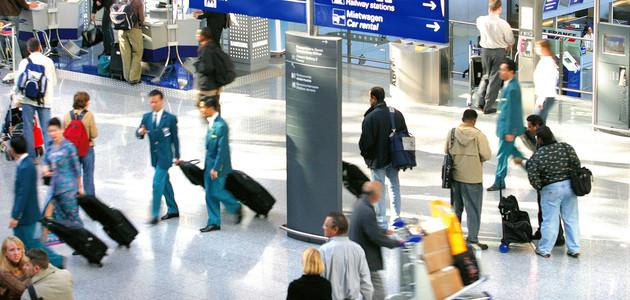 Geschäftsreisende an einem Flughafen