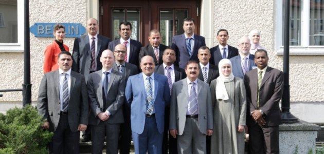 Die Delegation des Royal Jordanian National Defence College steht mit Angehörigen der BAKS vor dem Haus Berlin der BAKS.