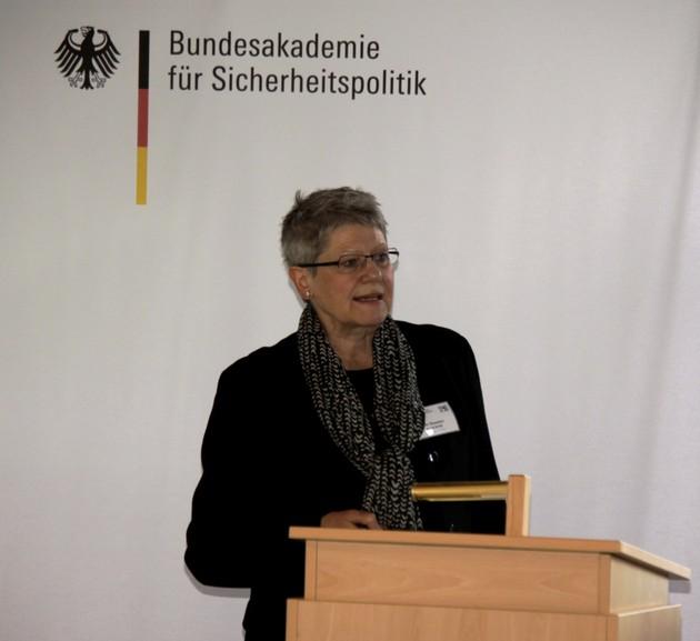 Dr. Hannelore Kußerow beim Vortrag an der BAKS