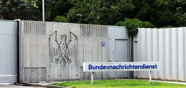 Namensschild vor der Zentrale des Bundesnachrichtendienstes in Pullach bei München