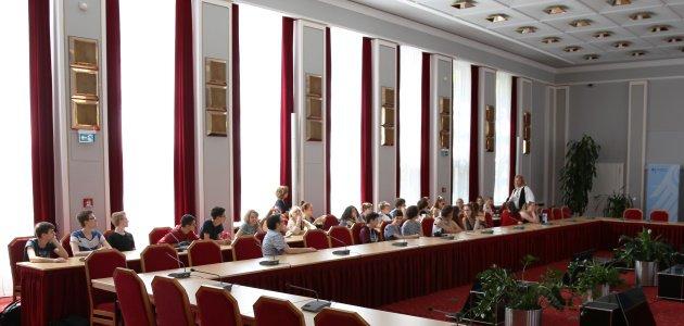 Schülerinnen und Schüler sitzen im Historischen Saal der BAKS und hören einem Vortrag zu..