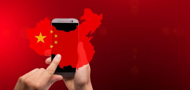 Smartphone vor chinesischer Landkarte und rotem Hintergrund