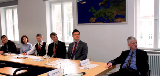 Junge Führungskräfte aus der Ukraine sitzen mit Dr. Hans-Dieter Heumann in einem Seminarraum der BAKS.