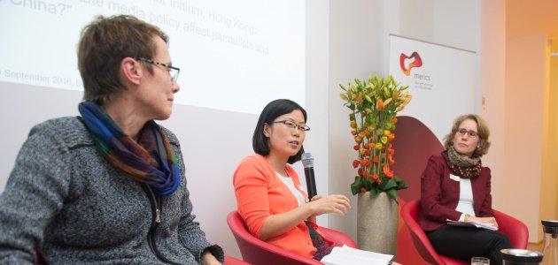 Drei China-Experten diskutieren auf einem Podium.