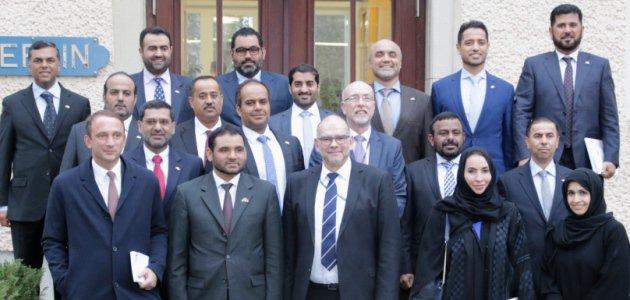 Eine Delegation aus den Vereinigten Arabischen Emiraten steht vor dem Haus Berlin der BAKS.