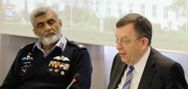Doppelportraitaufnahme von Air Vice Marshall Farooq Habib und Brigadegeneral a.D. Armin Staigis