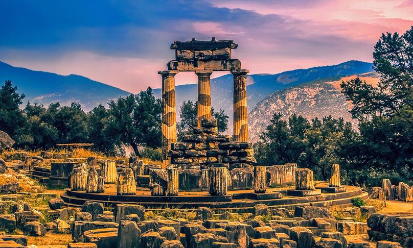 farblich verfremdetes Foto des antiken Ortes Delphi in Griechenland