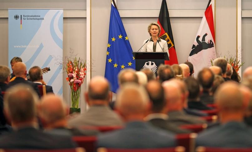 Im Historischen Saal der BAKS steht Bundesverteidigungsministerin Ursula von der Leyen an einem Pult mit dem Bundesadler darauf und spricht vor einem großen Publikum in ein Mikrofon.