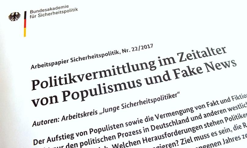 """Das Foto zeigt die Bildwortmarke der BAKS und die Überschrift """"Politikvermittlung im Zeitalter von Populismus und Fake News""""."""