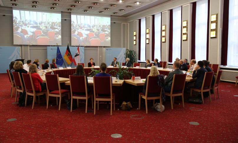 Seminarteilnehmer sitzen im Historischen Saal