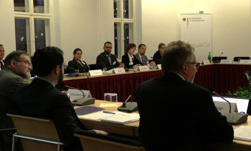Der Arbeitskreis Junge Sicherheitspolitker sitzt mit Vertretern des Studienbereichs der BAKS zusammen.