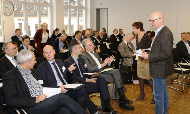 Alumni der BAKS diskutieren im Plenum.