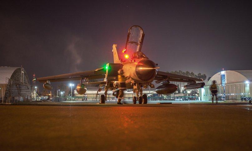 Die Wartungscrew überprüft einen Kampfjet Tornado vor dem Start des Einsatzaufklärungsflugs auf dem Flugfeld zwischen zwei Hangars der Air Base Incirlik im Rahmen der Mission Counter Daesh, am 24. Februar 2016.
