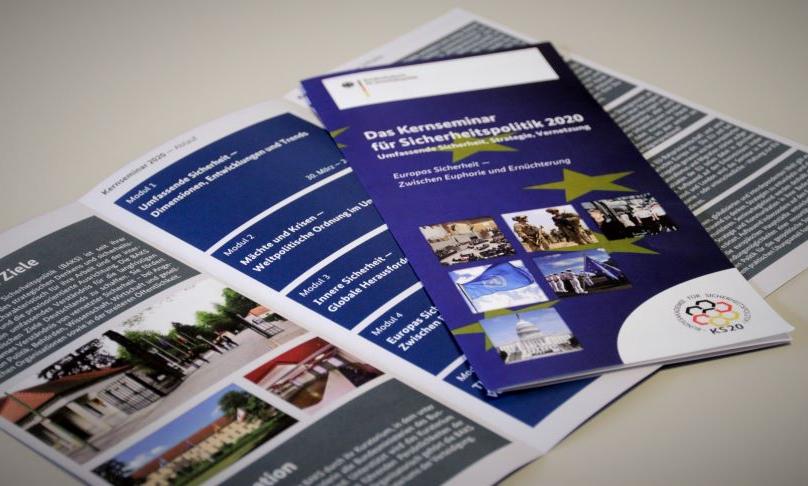 Das Foto zeigt einen aufgefalteten Flyer des Kernseminars 2020 der BAKS.