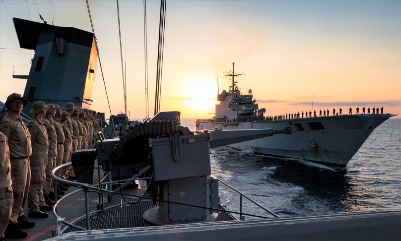 Die deutsche Fregatte F 220 Hamburg erweist dem Force Commander der EU-Operation EUNAVFOR MED Irini, Rear Admiral Ettore Socci durch langsames Passieren eines italienischen Schiffes mit Passieraufstellung die Ehre.