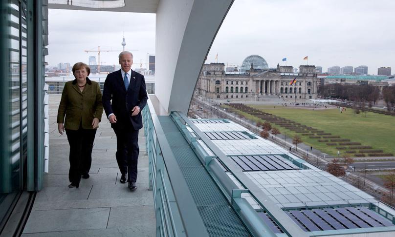 Angela Merkel und Joe Biden beim Rundgang auf dem Balkon des Bundeskanzleramtes