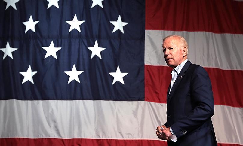 Der gewählte US-Präsident Joe Biden vor einer großen Fahne der Vereinigten Staaten